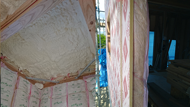 壁断熱と屋根断熱の施工例